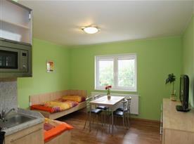 Pohled z kuchyňky do obytné místnosti