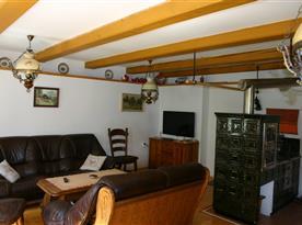 Obytná místnost s kachlovými kamny