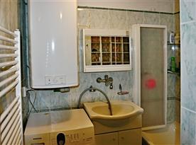 Koupelna s umyvadlem, vanou a pračkou