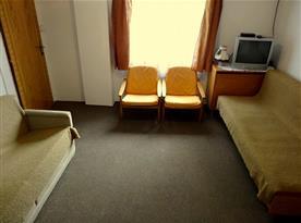 Obývací pokoj s televizí a pohovkami