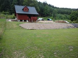 Upravený pozemek kolem chalupy