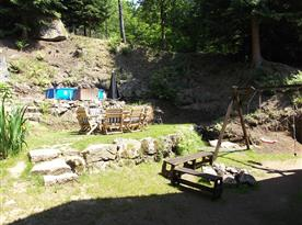 Zahrada s posezením a bazénem