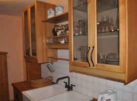 Kuchyně s mikrovlnnou troubou, rychlovarnou konvicí a lednicí