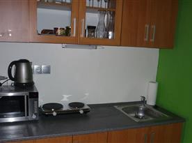 Kuchyně s mikrovlnnou troubou, varnou konvicí a kávovarem