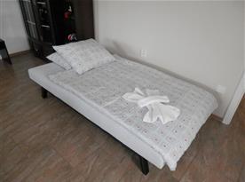 přistýlka pro 1 osobu - rozložená pohovka v obývací části