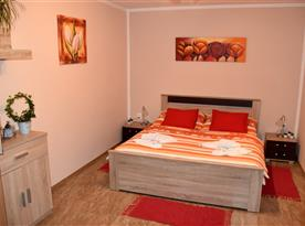 ložnice s manželským lůžkem