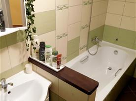 vana a umyvadlo v koupelně