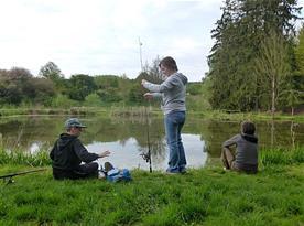 Děti s rodiči na rybářských závodech