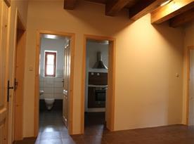 Pohled z chodby na vstup do kuchyně a samostatné WC