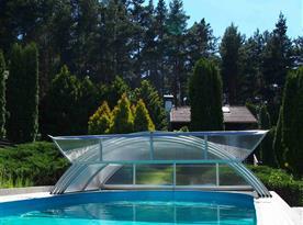 Zastřešený bazén v areálu