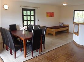 Mezonetový apartmán s posezením u krbu, obytná kuchyně s jídelnou