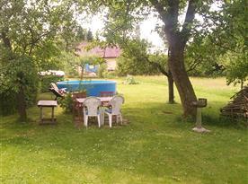 Bazén a posezení na zatravněné zahradě
