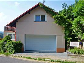Pohled na dům s garáží