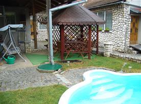 Venkovní posezení s bazénem