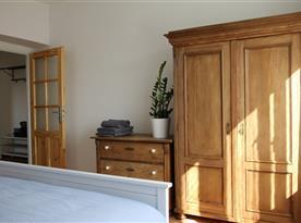 Apartmán A - ložnice skříň