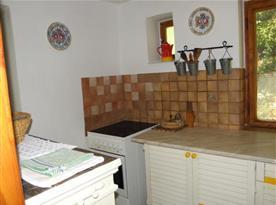 Kuchyně se sklokeramickým sporákem, lednicí, varnou konvicí