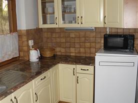 Kuchyně s lednicí, mikrovlnnou troubou