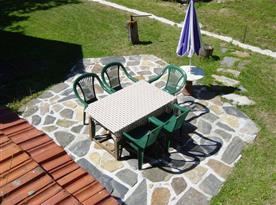 Příjemné posezení na zahradním nábytku