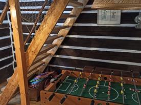 Stolní fotbal a schody do podkroví