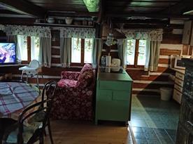 Obytná kuchyně s  vážným ostrůvkem a gaučem