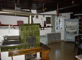 Společenská místnost s kachlovými kamny