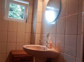 Umyvadlo se zrcadlem v koupelně