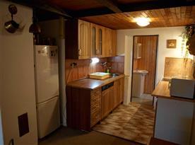 Kuchyně s elektrickým sporákem, mikrovlnkou, lednicí, kávovarem a rychlovarnou konvicí