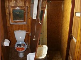 Třetí menší koupelna s umyvadlem, sprchovým koutem a toaletou