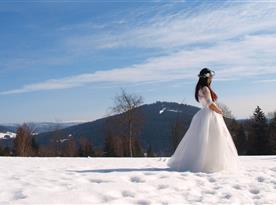 Krásný výhled před chalupou je i ideálním místem pro svatební fotografie..