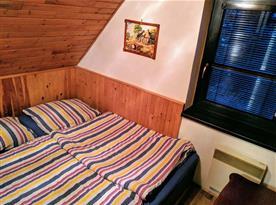 Čtvrtá podkrovní ložnice se dvěma postelemi