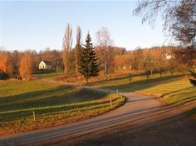 Podzimní pohled na chalupu a příjezdovou komunikaci