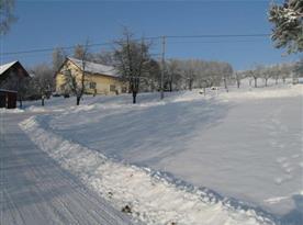 Pohled na chalupu v zimním období