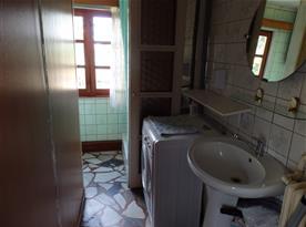 Koupelna v přízemí se sprchovým koutem a pračkou