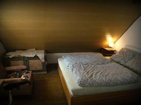 Ložnice s manželským dvoulůžkem v podkroví