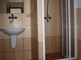 Sociální zařízení - sprchový kout a umyvadlo
