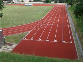 Volně přístupný atletický areál 300 m od objektu