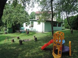 Pohled ze zahrady na terasu s posezením