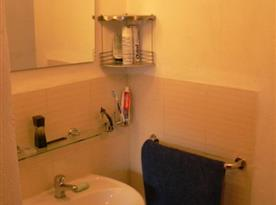 Apartmán B s koupelnou, sprchovým koutem, umývadlem a toaletou