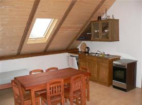 Apartmán D s podkrovní kuchyní a jídelním koutem