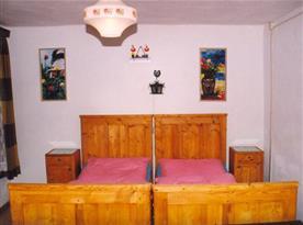 Ložnice s lůžky, nočním stolkem, skřiní