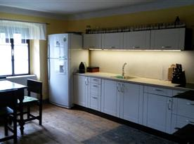 Vybavená kuchyň s posezením