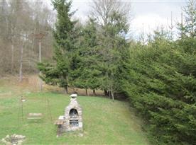 Zahrada s houpačkou, ohništěm a venkovním krbem