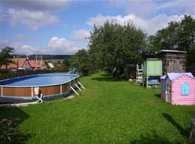 Pohled na zahradu s bazénem a dětským koutkem