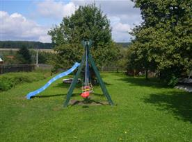 Dětský koutek na zahradě s houpačkou,skluzavkou a trampolínou