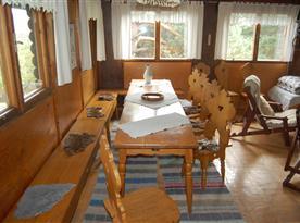 Společenská místnost s jídelním koutem a kuchyní