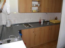 Kuchyně s vařičem, lednicí, varnou konvicí a mikrovlnou troubou