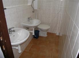 Toaleta s umyvadly