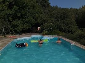 Venkovní bazén u chaty