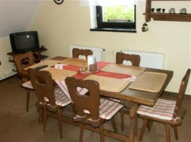 Kuchyňka s jídelním koutem a televizí
