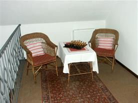 Posezení na chodbě na proutěném nábytku